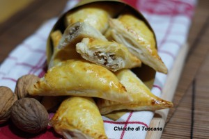 Triangoli di sfoglia formaggio e noci