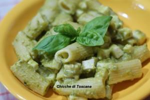 Pasta fredda con pesto di zucchine e mozzarella