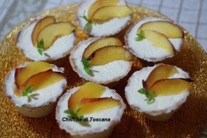 Mini cheesecake con pesche in scrigno di pasta frolla