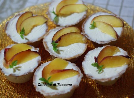 Mini cheesecake con pesche in scrigno di pasta frolla