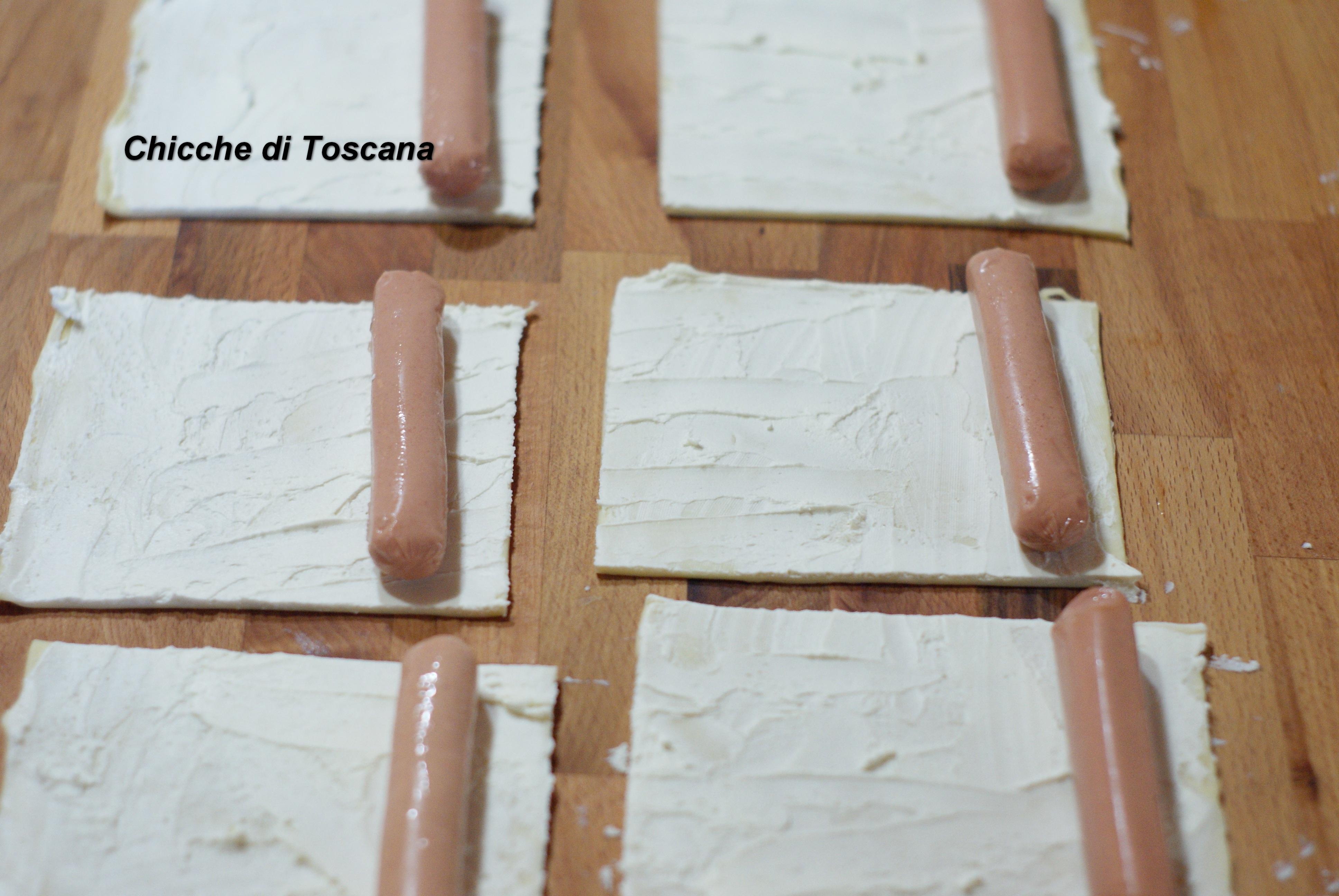il wurstel e arrotoliamo. Con un coltello a lama liscia pratichiamo dei  tagli ( 7 o 8 ) facendo attenzione a non tagliare il lato inferiore della  pasta.