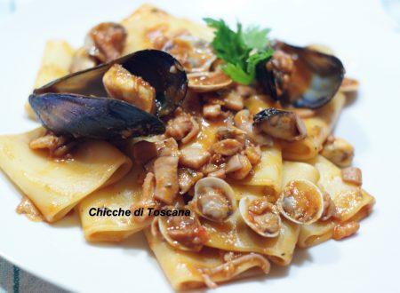 Paccheri con ragù di pesce, cozze e vongole