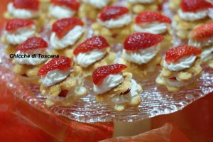 Mini millefoglie con panna e fragole