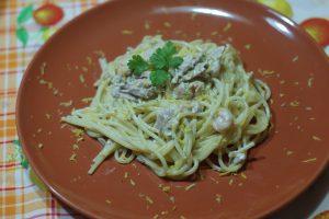 Spaghetti con gamberetti tonno e limone