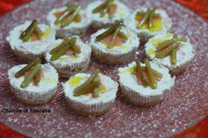 Mini cheesecake con salmone e steli di aglietto