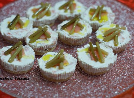 Mini cheesecake con salmone e steli di aglietto