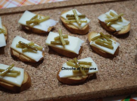 Crostini con pecorino e steli di aglietto