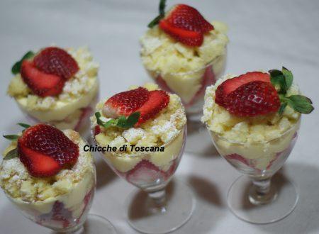 Torta mimosa nel bicchiere con fragole