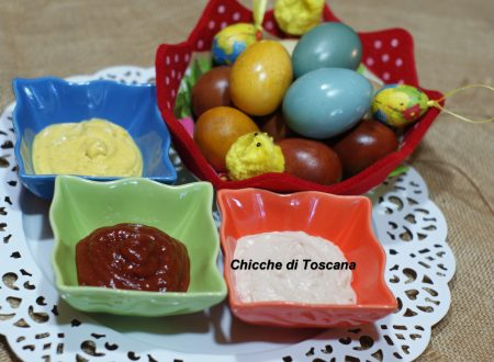 """Uova colorate con salse """"speciale Pasqua"""""""