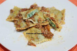 Ravioli con ricotta e spinaci al ragù