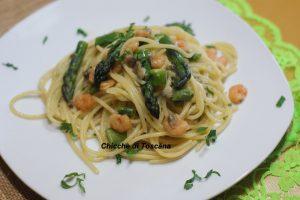 Spaghetti con asparagi vongole e gamberetti